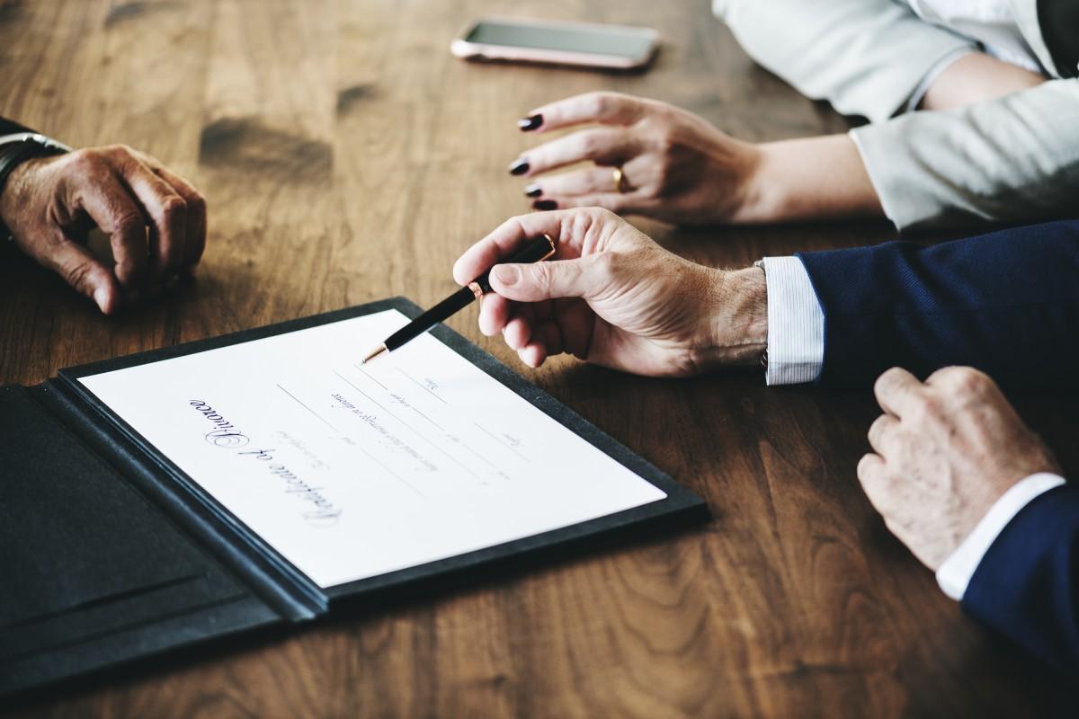 cómo se busca abogado para empresa